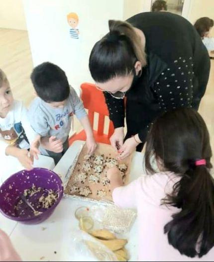 Децата от Детска градина Монтесори Планета гр. Плевен приготвят здравословни бисквитки от овесени ядки, на чийто вкус се наслаждават, след като станат готови!