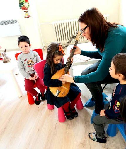 Децата от Детска градина Монтесори Планета гр. Плевен активно участват и в музикалните занимания в часовете по музика