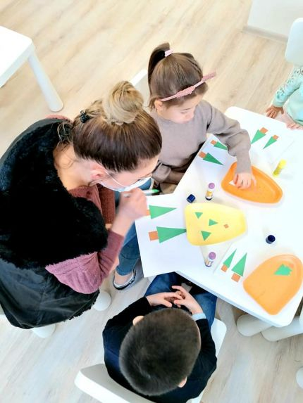 С децата от Детска градина Монтесори Планета България правихме Коледна геометрия