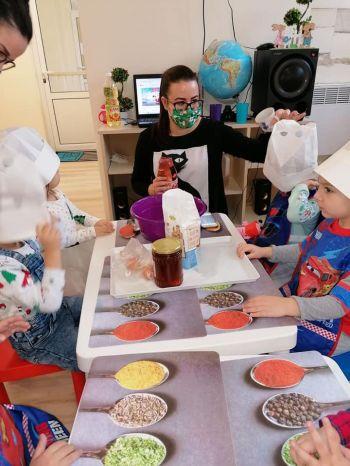 Дядо Коледа намери пътя и зарадва децата от Детска градина Монтесори Планета България с подаръци