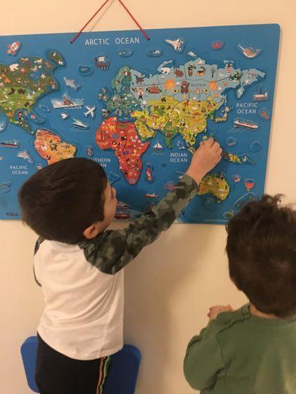 Децата от детска градина Монтесори Планета България България изучават континентите