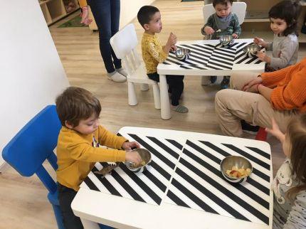 Децата и учителите в Монтесори Планета България Детска градина, гр. Плевен се забавляват, докато учат!