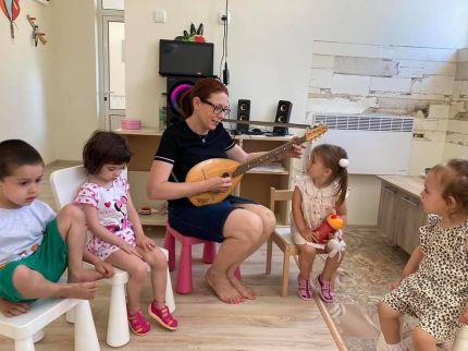В Детска градина Монтесори Планета България- Плевен- музикални игри, обучение, докато играем и много любов и индивидуален подход и отношение!